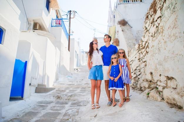 Счастливая семья из четырех человек в греции
