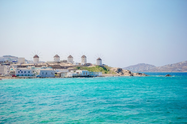 ミコノス島の日の出、キクラデス諸島、ギリシャの伝統的なギリシャ風車の有名なビュー