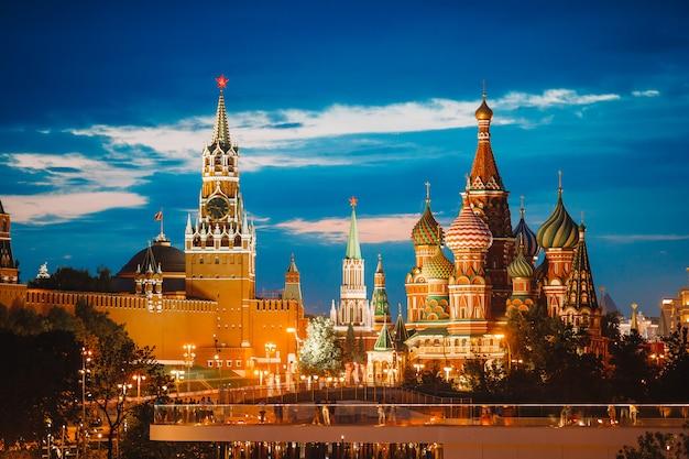 ザリヤディエ公園から日没時にモスクワのランドマークのパノラマビュー