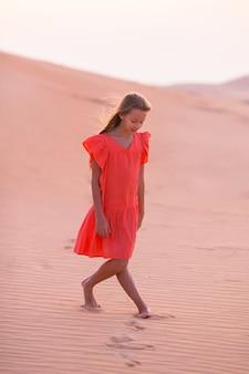 アラブ首長国連邦のラブアルハリー砂漠の砂丘にいる女の子