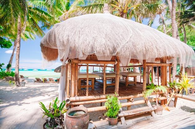 熱帯のビーチでエキゾチックなマッサージパビリオン