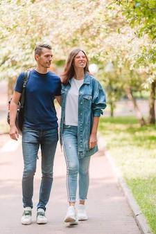 Молодая красивая пара весело в парке в летний день