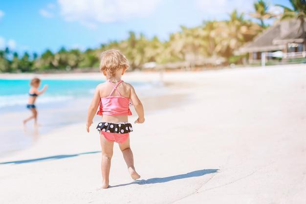 多くの楽しみを持っているビーチでアクティブな女の子。