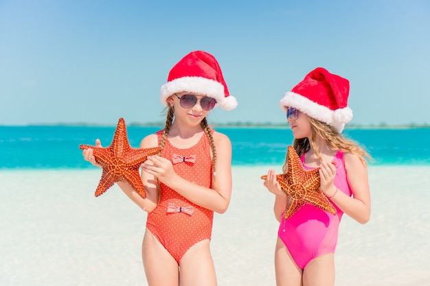 Очаровательные девчонки на рождественские каникулы на пляже