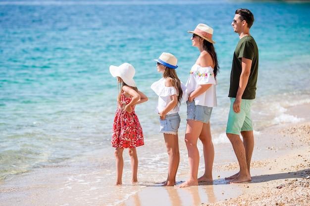 Счастливая красивая семья с детьми на пляже