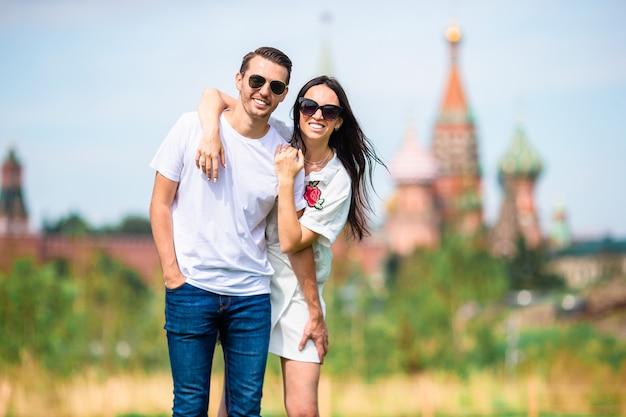 街の背景聖バジル教会を歩いて恋に若いデートカップル