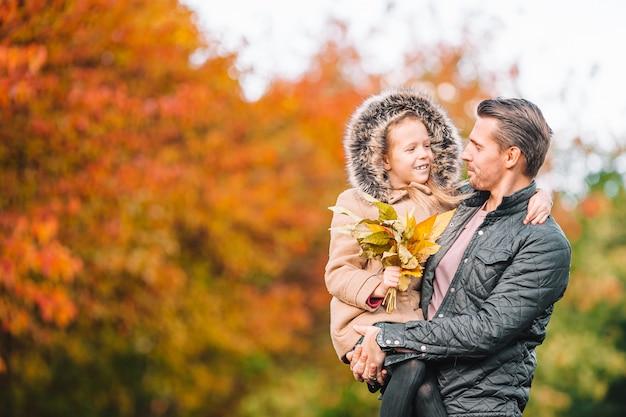 公園で美しい秋の日にお父さんと子供の家族