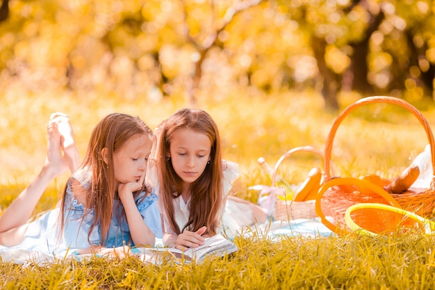 Две маленькие дети на пикнике в парке