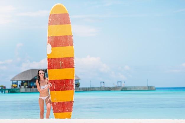 休暇で海でサーフィンをする女性