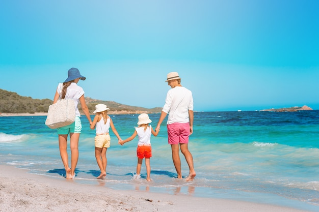 Молодая семья в отпуске очень весело