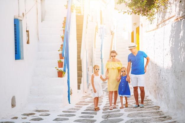 ギリシャのヨーロッパの小さな都市で家族での休暇