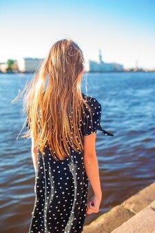 Милая маленькая девочка в санкт-петербурге в россии