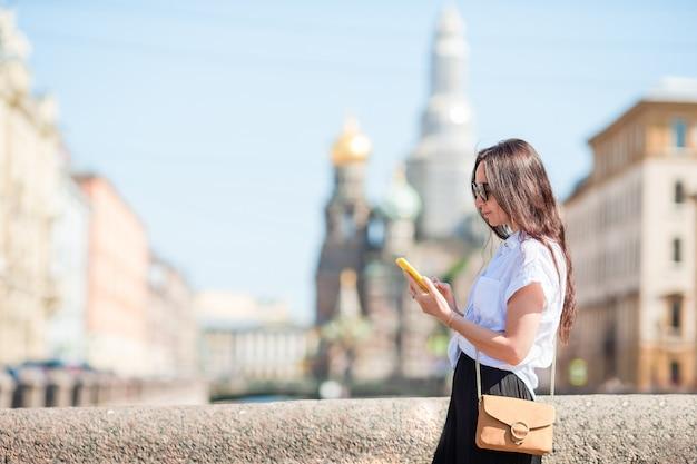 サンクトペテルブルクの屋外で夏のウォーターフロントでの女性