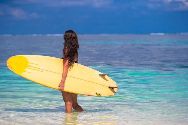 Красивая женщина серфер, серфинг во время летних каникул