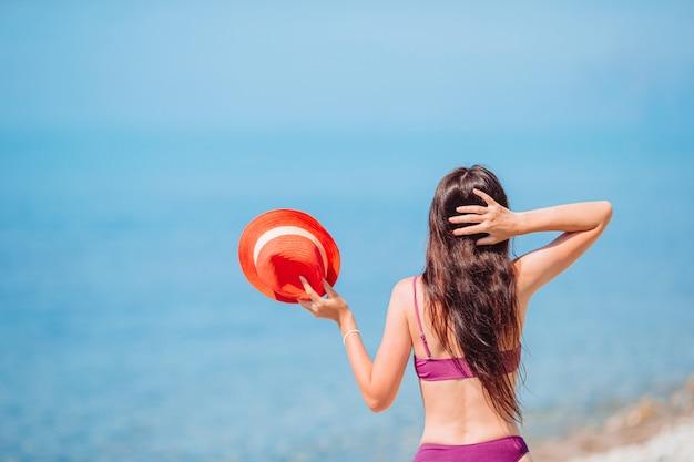 Молодая счастливая женщина на белом пляже.