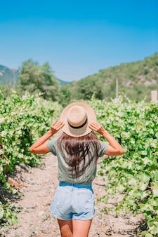 Женщина в винограднике в солнечный день