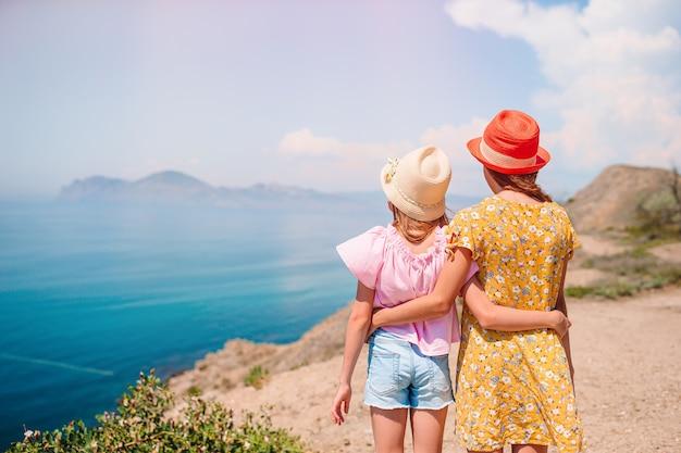白い岩の上の休暇の子供