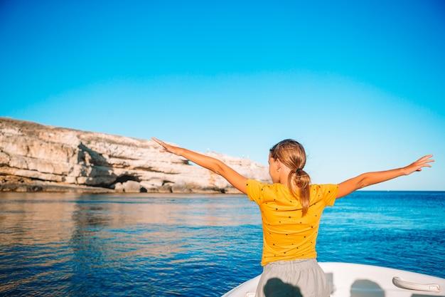 かわいい女の子笑顔と公開した海でボートに乗ってセーリングを楽しんで