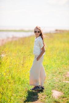 海岸で楽しんで美しい少女