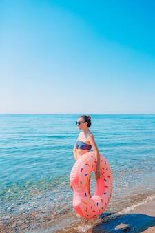 Молодая красивая женщина на пляже