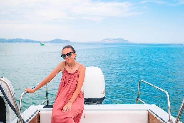 Веселая женщина в лодке