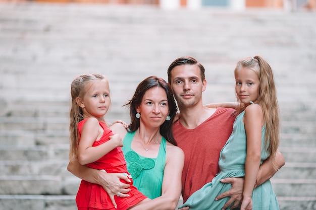 ヨーロッパ、イタリア、ローマでの休暇に子供連れの家族