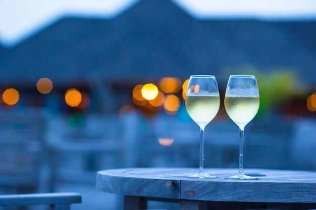 Два бокала вкусного белого вина на закате