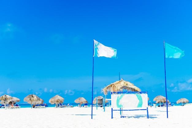 美しい熱帯のビーチとカリブ海のサンベッド付き