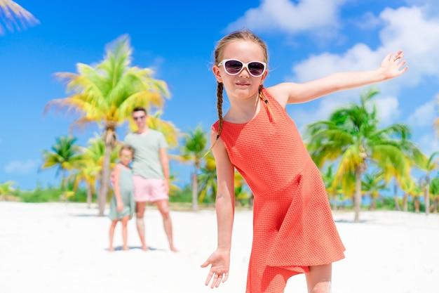 楽しんでビーチでの休暇中にかわいい女の子のクローズアップ