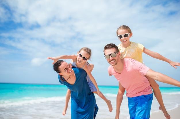 一緒にビーチでの休暇に幸せな家族