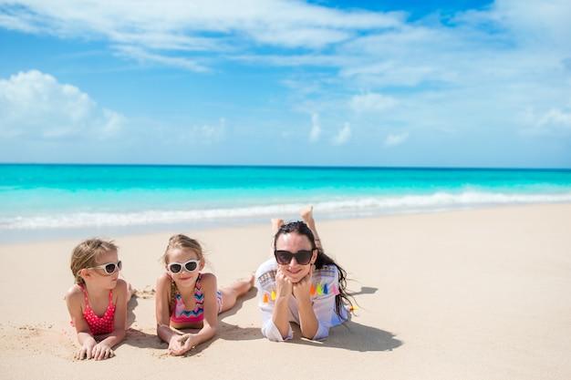 かわいい女の子と白いビーチで若い母親