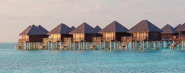 Водные бунгало и деревянная пристань на мальдивах