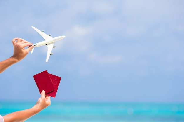 Макрофотография паспортов и белый самолет на море