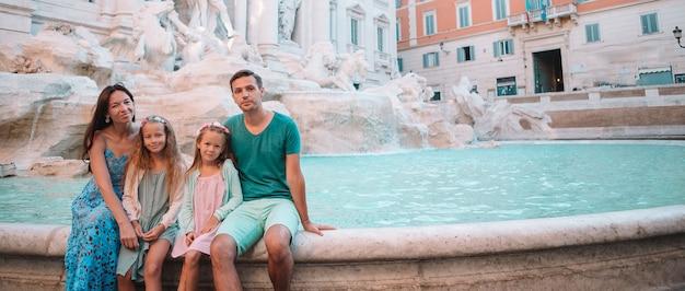 Семья возле фонтана треви, рим, италия.