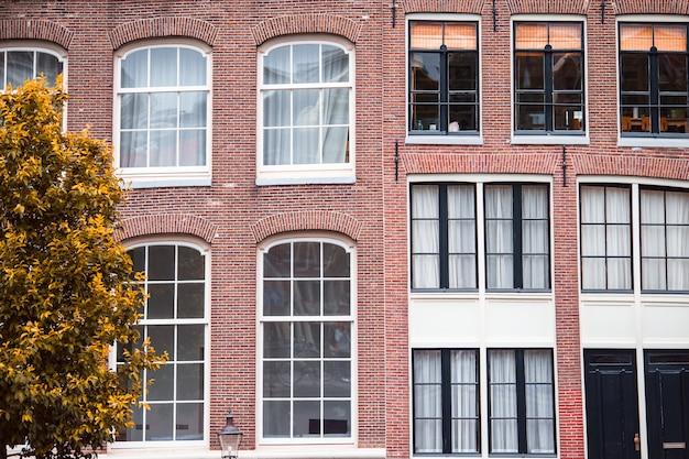 オランダのアムステルダムの首都の伝統的なオランダの中世の家