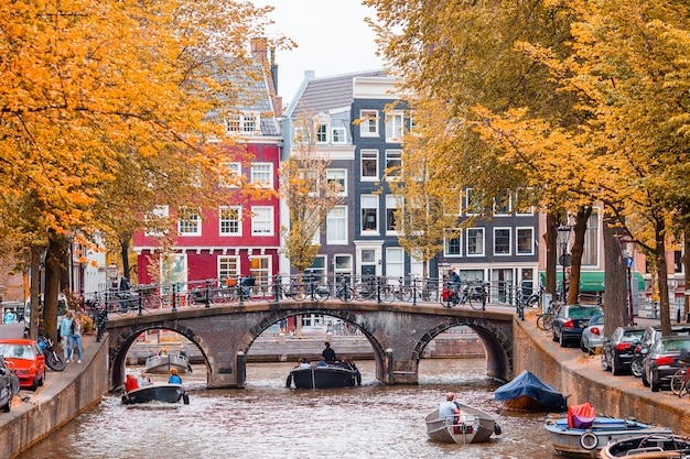 アムステルダム、オランダ、北ホラント州の旧市街の美しい運河。