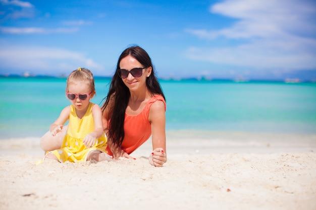 若い母親と夏休みを楽しんでいる彼女の小さな娘