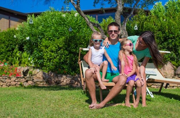 夏休み中にポーズをとって幸せな美しい家族