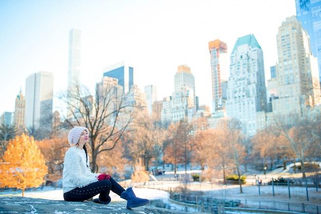 Красивая женщина наслаждается видом на каток в центральном парке и небоскребы на манхэттене в нью-йорке