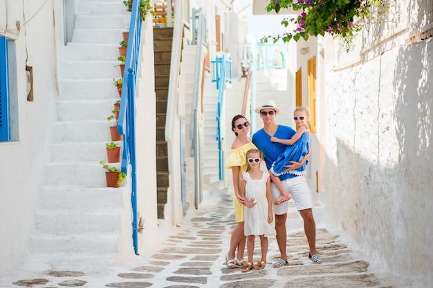 Семья развлекается на улице на улицах миконоса