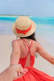 ビーチで美しい赤いドレスの少女