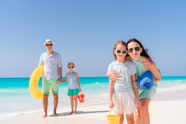 熱帯のビーチで幸せな家族の肖像画