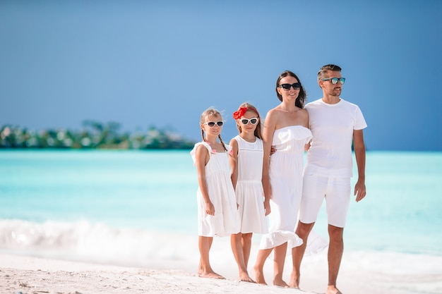 ビーチで子供たちと幸せな美しい家族