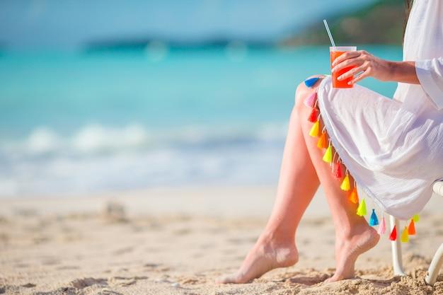 海岸でおいしいカクテルを飲む