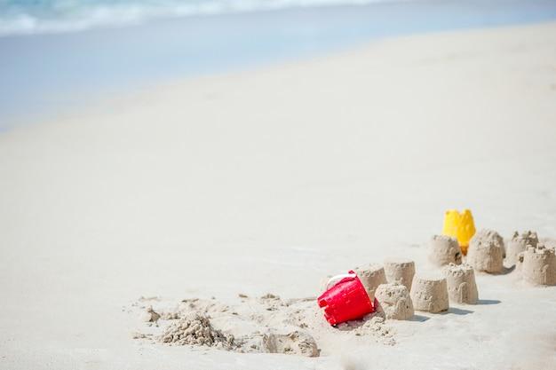 Яркие детские игрушки на тропическом песчаном пляже