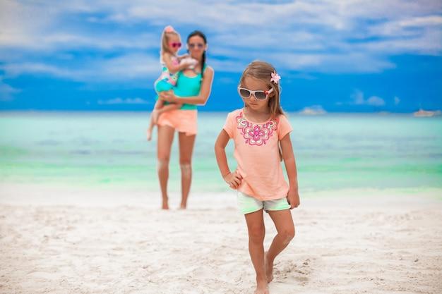 美しい母とエキゾチックなビーチで彼女の小さな娘