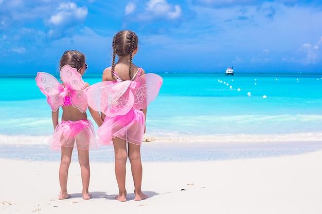 ビーチ夏休みに蝶の羽を持つ少女