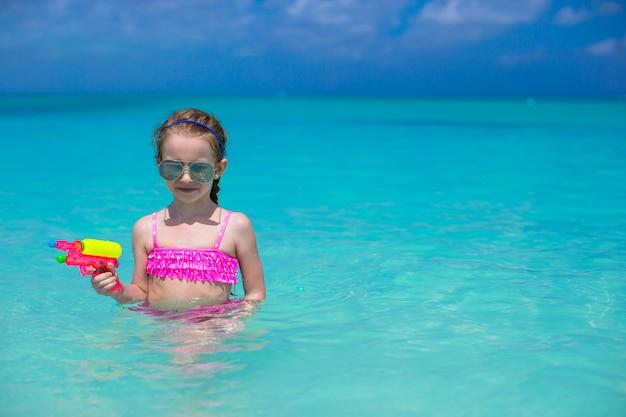 カリブ海の休暇中にビーチで遊んで幸せな少女