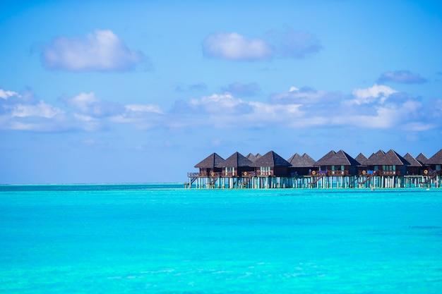 Водные виллы, бунгало на идеальном идеальном тропическом острове