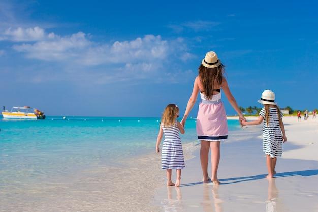 母と幼い娘の背面図は夏休みを楽しむ
